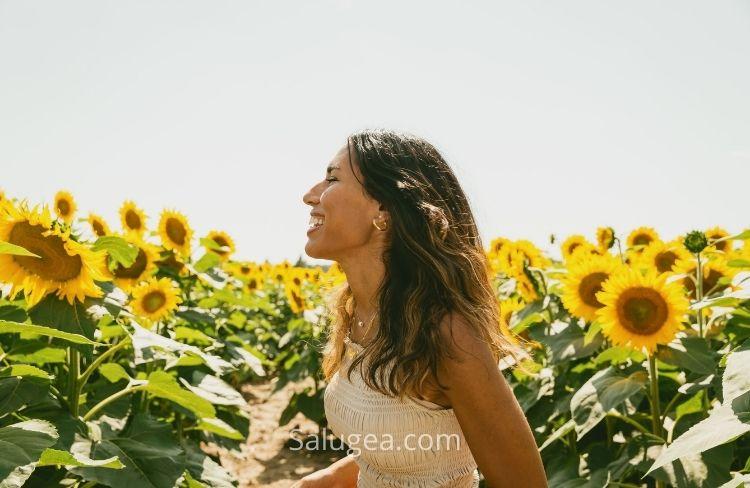 Donna in campo di girasoli